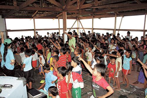 빈민가 아이들에 희망주는 필리핀 '물위의 집' 기사의 사진