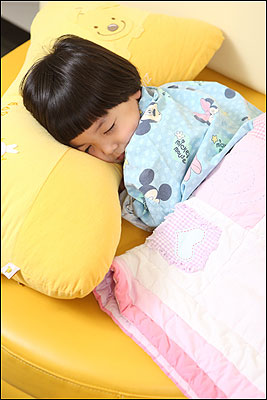 여름 밤 잠 못 드는 아이의 속사정 기사의 사진