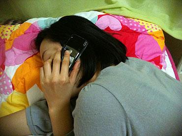 2030세대 72%, 휴대폰 잘 때도 머리 곁에 기사의 사진