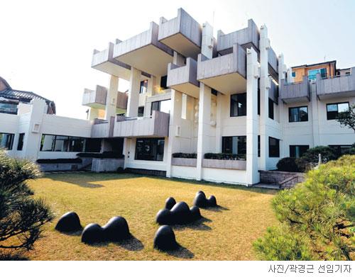 [매혹의 건축-'LG상남도서관'] 김수근 짓고, 구자경 내놓고 기사의 사진
