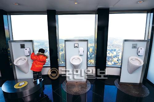 [포토 카페] 가장 높은 화장실 기사의 사진