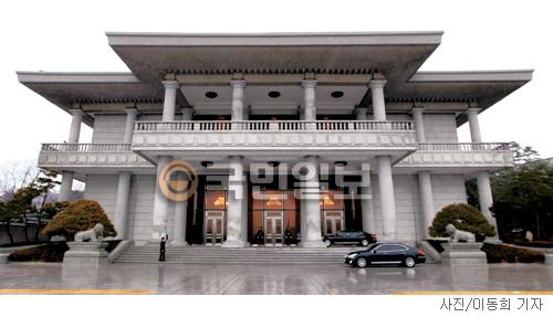 [매혹의 건축-'청와대 영빈관'] 바위를 깎은 돌기둥 기사의 사진