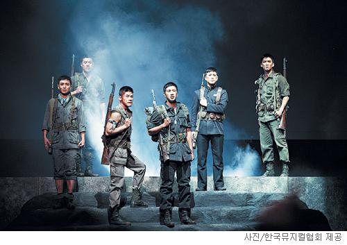 [무대의 풍경-'The Promise'] 전장의 군인도 평범한 젊은이 기사의 사진