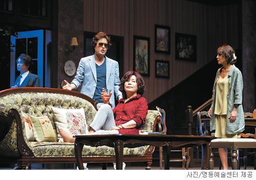 [무대의 풍경-연극 '에이미'] 사위와 장모의 논쟁 기사의 사진