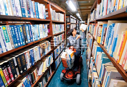 [포토 카페] 도서관의 퀵 서비스 기사의 사진