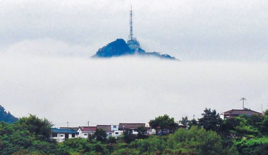 [포토 카페] 구름바다 위에 뜬 섬 기사의 사진