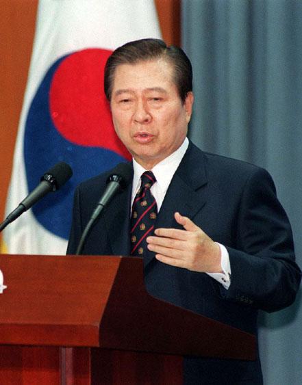 오늘 김대중 5주기 추도식… 김정은 화환 전달 기사의 사진