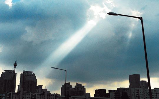 [포토 카페] 하늘의 서치라이트 기사의 사진