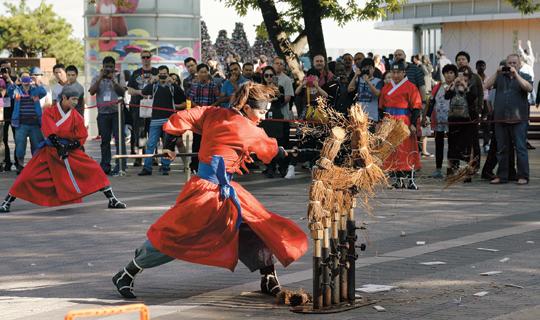 [포토 카페] 남산 전통무예시범 기사의 사진