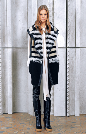 [패션노트] (40) 소매가 없는 겉옷의 이로움 기사의 사진