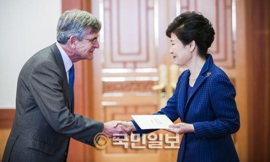 [포토]주한스페인대사로부터 신임장 제정받는 박 대통령 기사의 사진