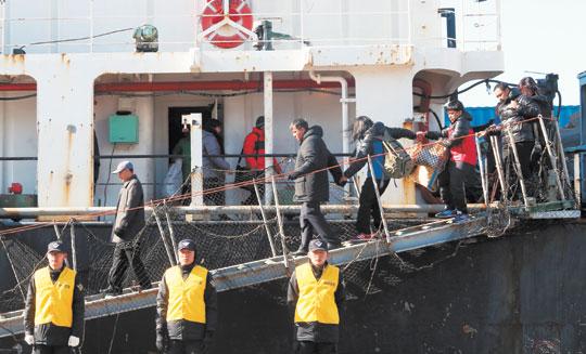 오룡호 생존선원 6명·시신 21구 부산 도착 기사의 사진