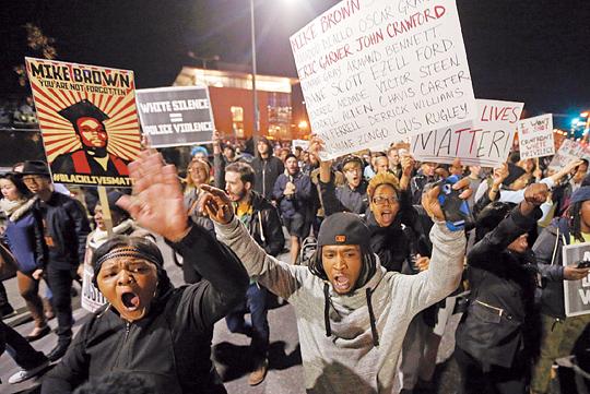 [해외 10대 뉴스] (2) 뿌리깊은 흑백 갈등… 美 흑인 폭동 전역으로 확산 기사의 사진