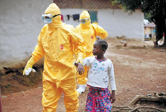 [해외 10대 뉴스] (5) 아프리카發 에볼라 창궐… 전세계 7500여명 사망 기사의 사진