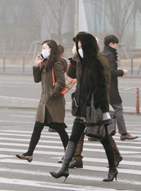 [한·중·일 뭉쳐야 숨쉰다] 中 미세먼지 공습… 담배연기 꽉찬 실내서 100분 숨쉰 꼴 기사의 사진