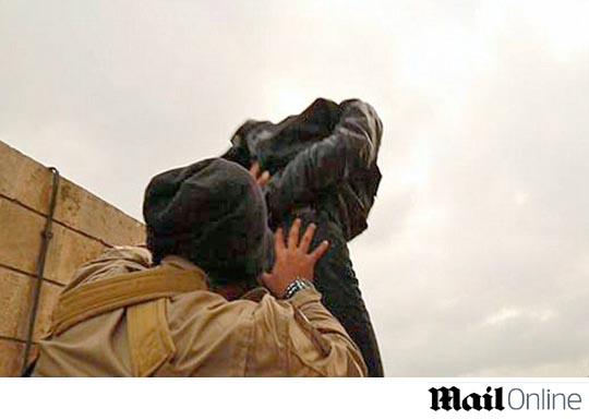 이슬람 국가 무장단체, 동성애자 건물 꼭대기서 떨어뜨려 처형 기사의 사진