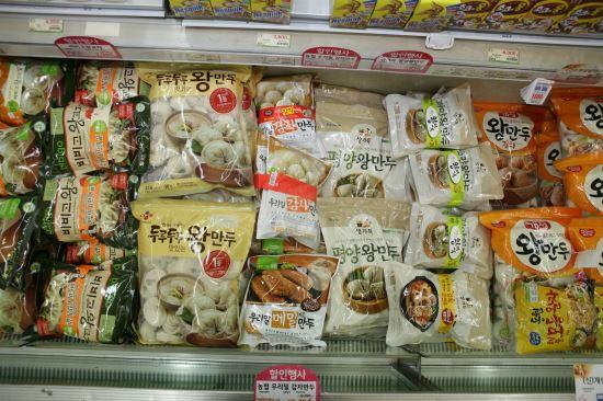 [국민 컨슈머리포트] ⑦ 만두 <1>3000억 시장… 40여 종 가운데 4개 제품을 고르다 기사의 사진