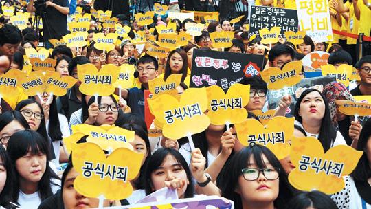 """[한·일 국교정상화 50년] """"한국정부 유연성 있게 대처 못해 아쉬워"""" VS """"한국 원칙 고수 전략 바람직"""" 기사의 사진"""