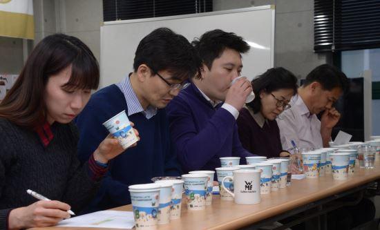 [국민컨슈머리포트-스틱원두커피]③ 최고가는 스타벅스, 종합평가는 이디야 기사의 사진