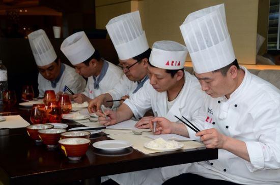 [국민컨슈머리포트] 즉석밥 ②특급호텔 셰프들이 '밥맛'을 평가하다 기사의 사진