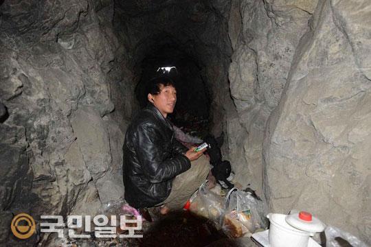 """[맹경환 특파원의 차이나 스토리] """"아빠, 어디 가?"""" 직장도 있는데 6개월째 동굴 생활… 왜? 기사의 사진"""