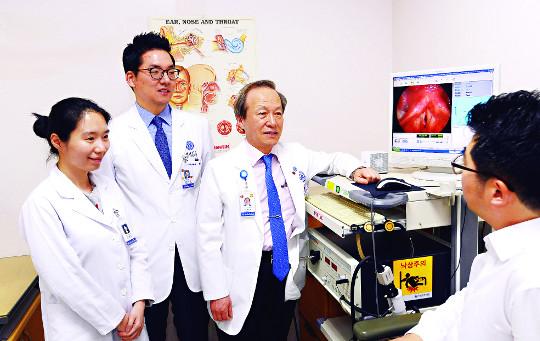 [명의&인의를 찾아서-⑪ 강남세브란스병원 이비인후과 최홍식 교수팀] '목소리 성형' 선진의술 전수 기사의 사진