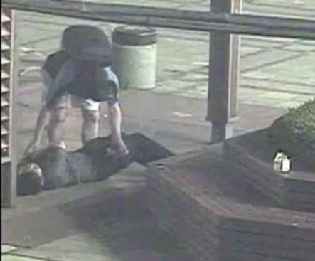[영상] CCTV가 보는 줄 모르고… 쓰러진 취객 돈 '부축빼기' 현장 검거 기사의 사진