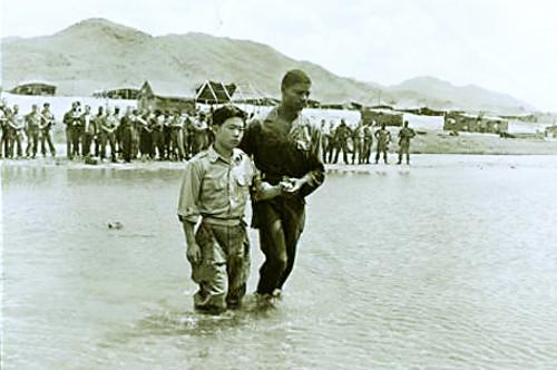 """[6·25전쟁 65주년] 무서워 바들바들 떠는 어린 병사들 """"하나님, 지켜주십시오"""" 기사의 사진"""