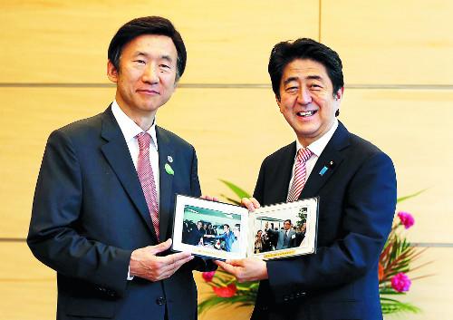 """[한·일 수교 50년] 아베 """"미래로 눈을 돌리자"""" 기사의 사진"""