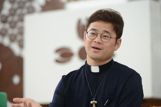 [인터뷰] 사회적 소수자를 위한 교회 개척한 대한성공회 '길 찾는 교회' 민김종훈 신부 기사의 사진