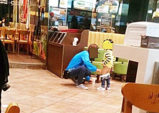 스타벅스 머그에 자식 오줌 받는 엄마… 목격담 충격 기사의 사진