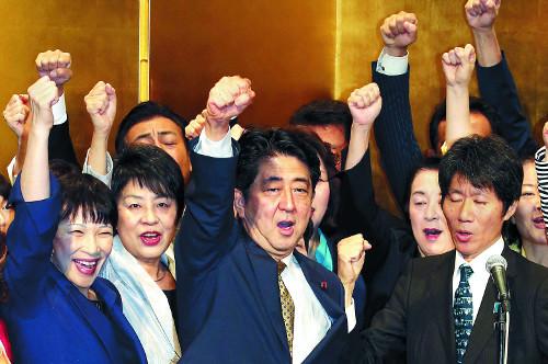 집권 자민당 총재 '무투표' 연임한 아베… 장기 집권 발판 마련 '軍國 개헌' 폭주 예고 기사의 사진