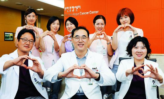 [명의&인의를 찾아서-(30) 이화의료원 이대여성암병원 부인종양센터 주웅 교수팀] 물샐 틈 없는 협진치료 기사의 사진