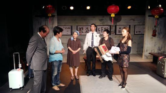 [김건표 교수의 연극이야기] 22. 박근형의 연출의 '엄 사장은 살아있다' 기사의 사진
