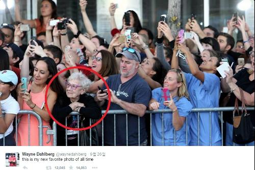 [친절한 쿡기자] 폰카 대신 눈으로 레드카펫 지긋이  할머니 팬의 '스타 담기' 신선하네! 기사의 사진