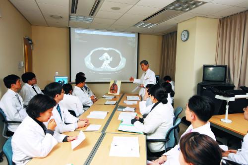 [명의&인의를 찾아서-(36) 삼성서울병원 폐식도암센터 폐암팀] 폐암환자 최적 치료법 찾아 회의 또 회의… 기사의 사진