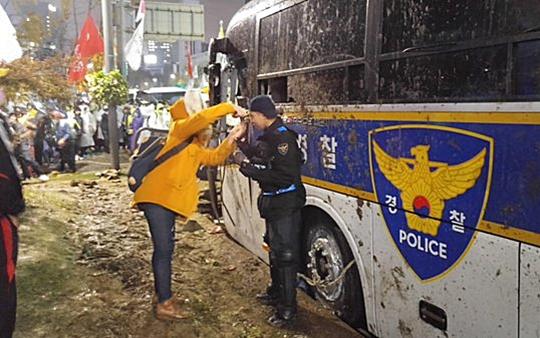 [친절한 쿡기자] 최루액 맞은 의경 눈 씻어주는 시민 '뭉클' 기사의 사진
