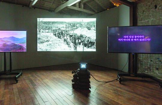 '고발 언어' 영상, 그 파장은 어디까지?… 비디오 아트로 현실과 역사 조명하는 두 작가 주목 기사의 사진