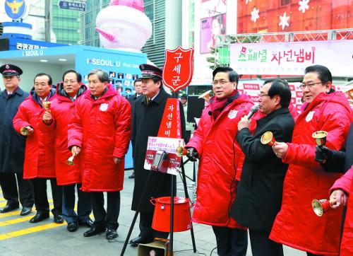 한기총 이영훈 대표회장 자선냄비 모금활동 참여 기사의 사진