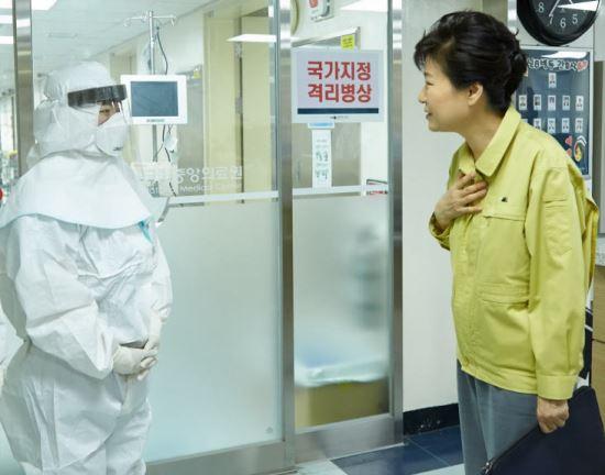 """[친절한 쿡기자]""""우주·기운·혼·사랑·나비"""" 2015년을 강타한 朴 대통령의 말말말 기사의 사진"""