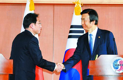 [2015 국내 10대 뉴스] (2) 위안부 협상 전격 타결… 韓·日관계 새 국면 기사의 사진