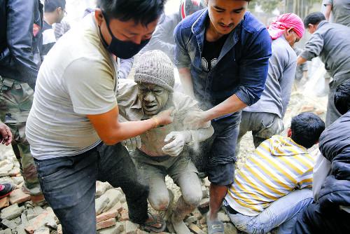 [2015 국제 10대 뉴스] (6) 네팔 규모 7.8 강진… 지구촌 곳곳 화산 분화로 불안 기사의 사진