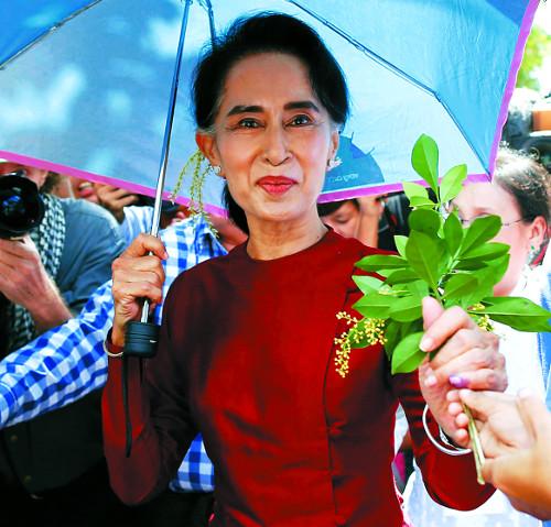 [2015 국제 10대 뉴스] (5) 수치, 총선 승리… 미얀마 군부독재 53년 만에 종식 기사의 사진