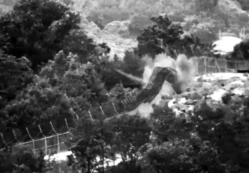 [2015 국내 10대 뉴스] (5) 北 지뢰도발에 南 대북방송… 한반도 '일촉즉발' 기사의 사진