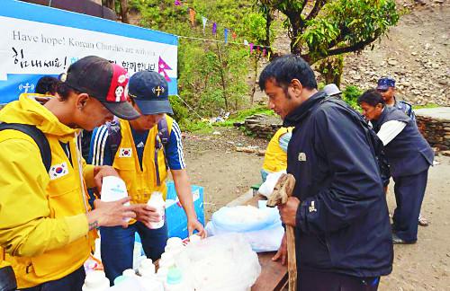 [2015 한국교회 10대 뉴스]  네팔 대지진 긴급 구호, 교단·기독 NGO 앞장 기사의 사진