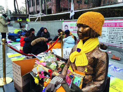 2015년 마지막날 '소녀상'과 함께한 시민들…12년째 이어온 목요집회 계속하고 밤새워 소녀상 지키고 기사의 사진