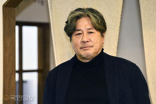 """최민식 """"틀에 갇히긴 싫어"""" 배우의 고집이란… kmib가 만난 스타 기사의 사진"""