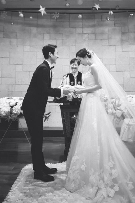 """""""신랑님 광대 케어 좀"""" 정우♥김유미, 행복한 교회 결혼식 기사의 사진"""