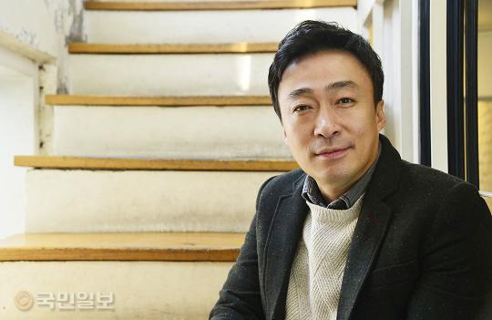 """이성민 """"류준열, 연기 잘하는 배우더라… 잘 돼서 다행"""" 기사의 사진"""