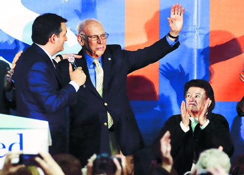 美대선 첫 관문서 트럼프 꺾은 테드 크루즈 뒤엔 '복음주의 목사' 아버지 기도 있었다 기사의 사진